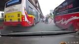 Video: Vượt ẩu, tài xế xe máy suýt mất mạng khi ngã trước đầu xe buýt