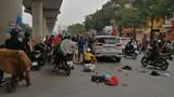 """Hà Nội: Ôtô """"điên"""" tông hàng loạt xe máy ở đường Hồ Tùng Mậu, 5 người bị thương"""