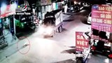 Clip: Thót tim cảnh bé gái chạy sang đường bị xe tải tông trúng