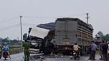 Xe tải đâm nhau lúc rạng sáng, 2 tài xế cùng phụ xe bị thương nặng