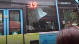 Clip: Tài xế xe buýt và lái xe GrabBike chốt cửa đánh nhau sau va chạm giao thông