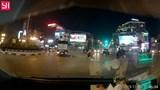 Video: Ô tô bất ngờ rồ ga đâm đổ cột đèn giao thông giữa phố Hà Nội