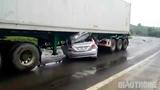 Ô tô biển số Hà Nội chui gầm xe container, 2 người tử vong mắc kẹt trong xe