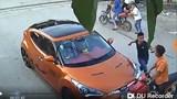 Sang đường ẩu đâm vào ô tô, nam thanh niên đi xe máy bị đánh tới tấp