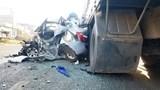 """2 xe tải """"thay phiên nhau"""" đâm nát xe taxi, 2 người thoát chết diệu kỳ"""