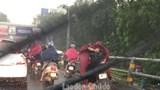 Dừng xe trên cầu vượt khi trời mưa: Người dân vẫn lờ luật