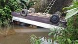 Quảng Nam: Đánh lái tránh xe tải, xe khách rơi xuống suối