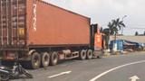 Va chạm với container, gia đình 3 người thương vong