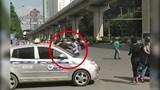 Video: Tài xế ô tô và xe máy lao vào hỗn chiến sau va chạm giao thông