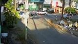 Giây phút người phụ nữ đi xe máy lao thẳng đầu ô tô rồi bay lên nắp capo