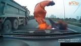 Thót tim cảnh ô tô chạy tốc độ cao bị bạt trên xe tải rơi phủ kín đầu