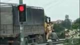 [Video]: CSGT đu cửa, truy đuổi xe tải vi phạm ở Nghệ An
