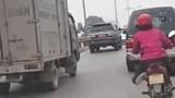 Clip: Người phụ nữ vắt chéo chân, lạng lách khi đi xe máy trên đường Giải Phóng