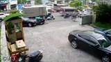 Video: Kinh hoàng ô tô Mercedes tông gục nhiều người đi xe máy ở TP HCM