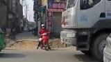 Clip: Cố len sang đường, người phụ nữ suýt mất mạng dưới gầm container