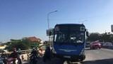 Xe buýt lao lên dải phân cách, nhiều người thoát chết