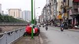 Xe máy lấp lối người đi bộ