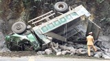 Xe tải lao vào vách núi khiến tài xế tử vong