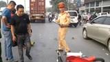 Hà Nội: 2 người ngồi xe máy bị cuốn vào gầm container sau va chạm