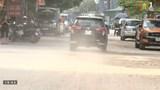 Ô nhiễm bụi nghiêm trọng trong ngõ 219 Trung Kính vì vật liệu rơi vãi