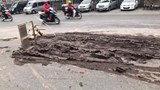 CSGT dọn lượng bùn lớn trên đường đảm bảo an toàn cho người dân