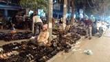 Điểm nóng giao thông Hà Nội: Bất an chợ cóc bên đường tàu