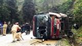 Xe khách lật nghiêng đè tử vong 1 người đi xe máy