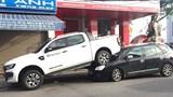 Ô tô bán tải lùi bất cẩn tông liên hoàn 2 xe máy, đè bẹp đầu 1 ô tô