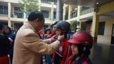 Đội mũ bảo hiểm cho trẻ em khi tham gia giao thông: Còn nặng tính hình thức