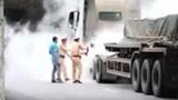 Hà Nội: Xe container bốc cháy dữ dội, cảnh sát giao thông dập tắt kịp thời