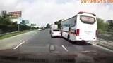 [Clip] Ô tô 4 chỗ cố tình lấn làn, chèn ép xe khách
