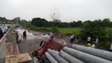 """Xe container """"sập bẫy"""" trên tuyến đường ống nước mặt Sông Đuống"""