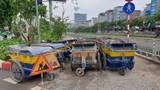 Xe rác vẫn chặn đường đi bộ ven sông Tô Lịch, mùi xú uế bốc lên nồng nặc