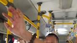 """Tạm giữ kẻ biến thái, nghi """"tiểu tiện"""" vào hành khách trên xe buýt"""