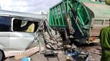 Ô tô 16 chỗ nát bươm sau cú tông xe rác lúc rạng sáng
