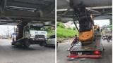 """Xe nâng mắc kẹt khiến xe tải """"lơ lửng"""" dưới gầm cầu Long Biên"""