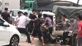 Giải cứu tài xế xe tải kẹt trong cabin sau cú tông trực diện xe bán tải