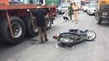 Hà Nội: 1 phụ nữ trọng thương sau va chạm xe container