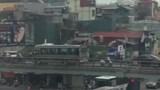 Xe khách ngang nhiên đi lùi trên cầu vượt Thái Hà, Hà Nội