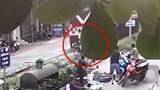 [Video] Người đàn ông cố băng qua đường ray khi tàu hỏa đang lao tới