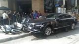 Hà Nội: Ô tô hạng sang Volvo kéo lê xe máy trên phố, 1 người bị thương