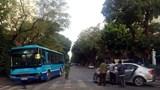 Xe buýt và xe con va chạm, cả 2 xe hư hỏng phần đầu
