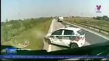 Ô tô vượt ẩu bị húc văng hàng chục mét