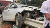 Hà Nội: Ô tô con đâm dải tôn bên đường, tài xế may mắn thoát nạn