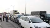"""7 ô tô """"dồn toa"""" trên cầu Thanh Trì, giao thông ùn tắc hàng km"""