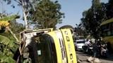 Xe Innova đâm lật xe tải, 3 người bị thương nặng