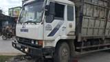 Xe tải cán nát xe máy khiến chồng tử vong, vợ bị thương nặng
