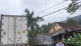 Hà Tĩnh: Xe tải và xe container cùng đâm sập một nhà dân