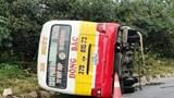 Xe buýt lật nghiêng trên Quốc lộ, hàng chục hành khách kêu cứu