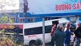 Kỳ lạ xe khách cố tình lao lên đường ray rồi dừng lại cho tàu hỏa tông